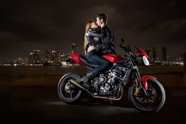 Photo guy and girl kissing on motorcycle